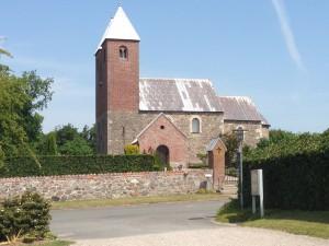 Fjenneslev kirke i herligt solskin.
