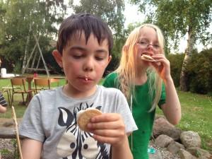 Og skumfiduser og lejrbål med sang og underholdning.